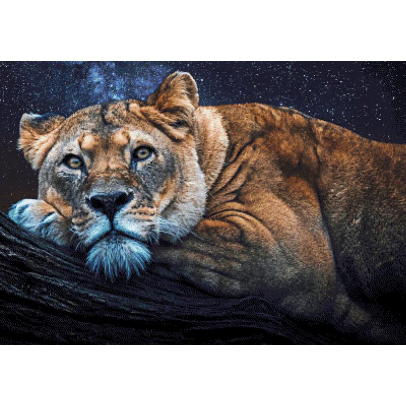 Löwin auf Baumstamm
